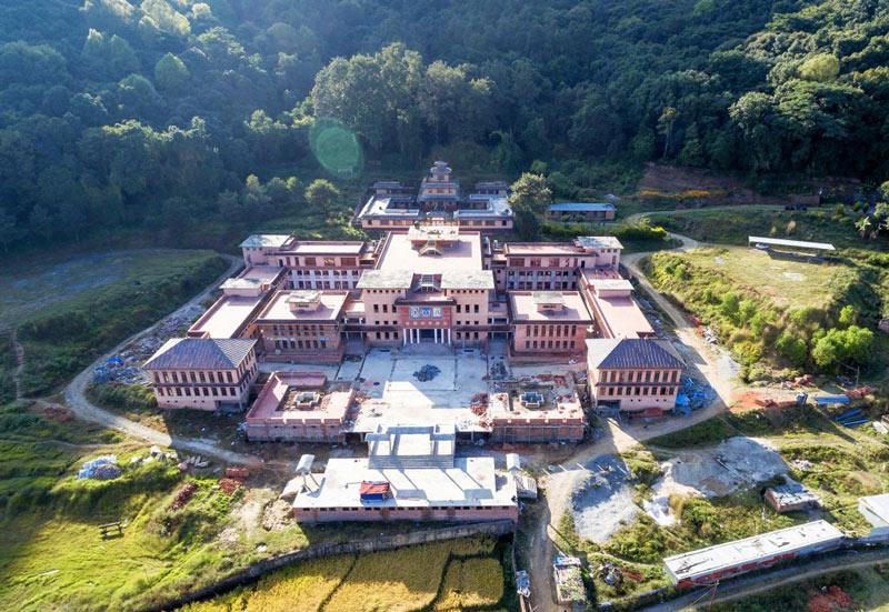 Vue aérienne du centre de retraite et de l'Institut Shar Minub, au Népal